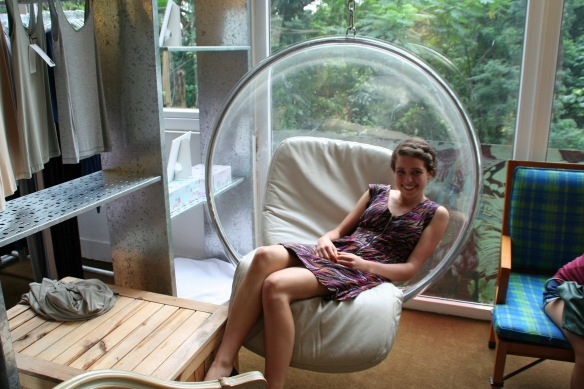 OMG THEY HAVE A BUBBLE CHAIR!!